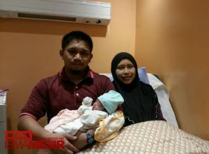 Ustaz Solehuddin bersama isteri, Nurshahira dan puteri sulung mereka di Hospital Darul Mar'ah, Roxy.